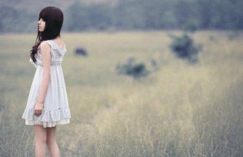 曾经那份刻骨的爱,早已凋零在回忆里